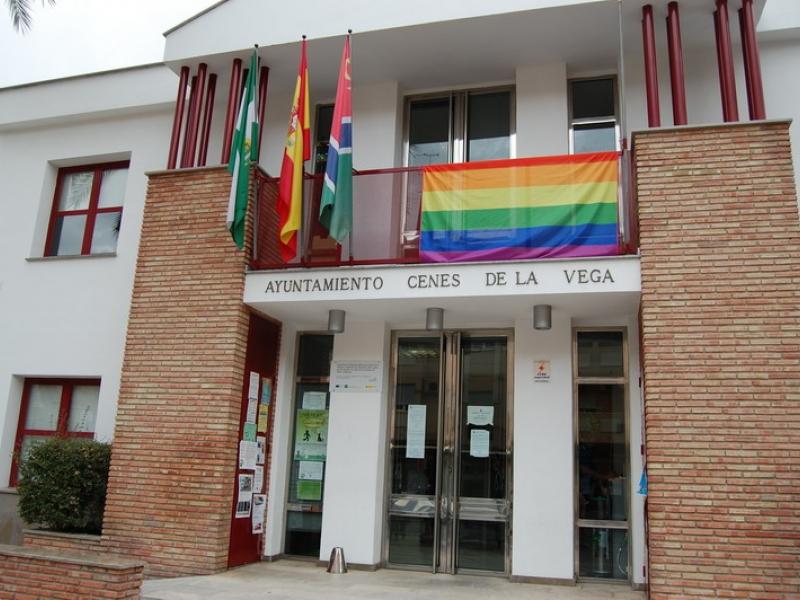La bandera arcoiris luce por primera vez en la fachada del Ayuntamiento de Cenes de la Vega