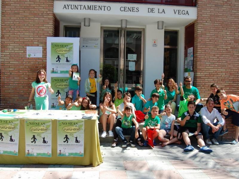 Escolares de Cenes de la Vega inician una campaña para acabar con los excrementos de perros en las calles